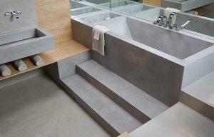 bañera y baño con microcemento